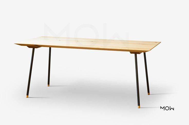 Opticky lehký stůl, deska masiv borovice nebo dub, nohy jsou kovové.