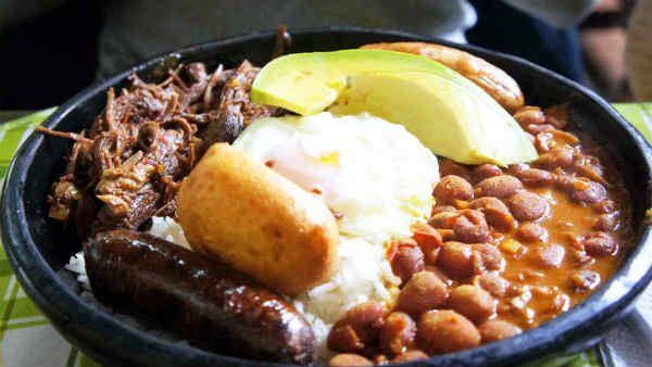 La bandeja paisa es uno de los platos más típicos de la cocina colombiana. Original de las regiones de Antioquia (Medellín) y Caldas, se ha extendido por todo el país y a día de hoy es una de las recetas colombianas más populares