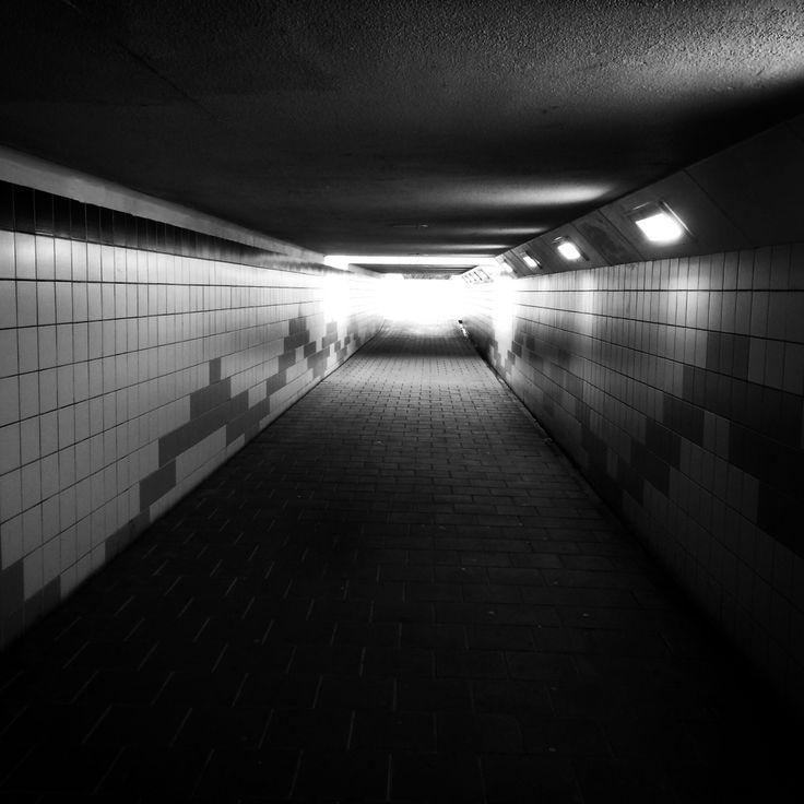 """Zwart wit """"licht aan het einde van de tunnel"""""""