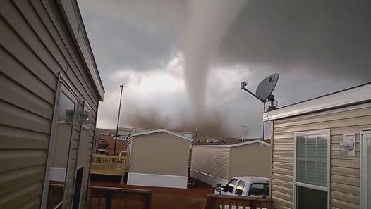 ▶ Face-à-face avec une tornade géante dans le Dakota du Nord - Vidéo Dailymotion