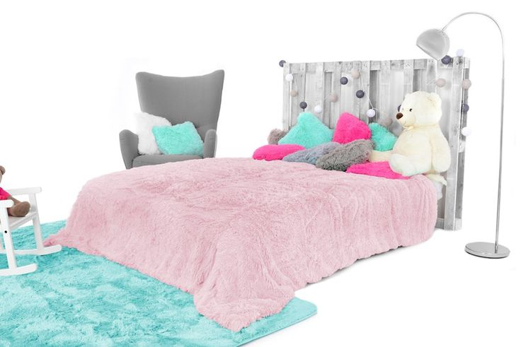 Różowy włochaty koc na łóżko
