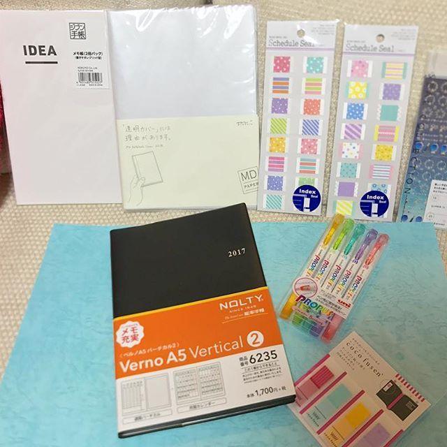 手帳アイテム!ガッツリ購入〜楽しいっ。皮のカバーとか憧れるけどとにかく荷物が多い私は軽く!軽く!です。来年の手帳はブルーにするよ。メモ帳は今までほぼ日の使ってたけどどうしても紙が黄色いのが好きになれなくてジブン手帳のに。あとは新月と満月用シールとか!デコ楽しみ❤️ #手帳 #文房具 #能率手帳