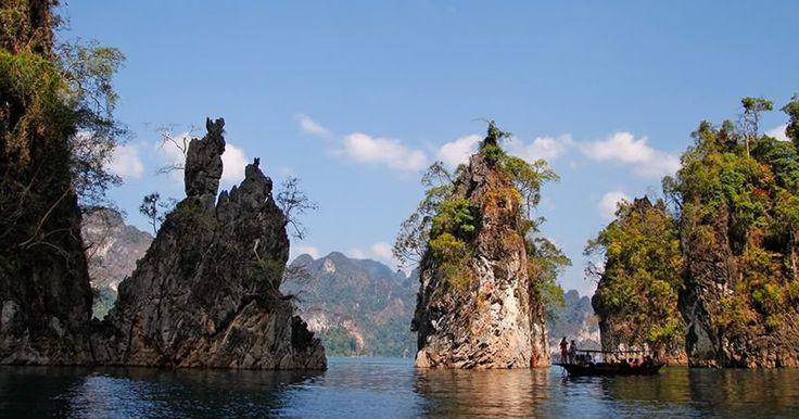 Der Khao Sok Nationalpark - die ganze Schönheit Südthailands (Fast) unberührte Regenwälder eingebettet in sanfte Kalksteingebirge mit schroffen Felsklippen – das ist der Nationalpark Khao Sok in Südthailand. Der Nationalpark liegt nur rund 70 km von der Küste Khao Laks entfernt, welches sich in den letzten Jahren zu einem äußerst beliebten Urlaubsort an der Andamanensee entwickelt hat. Viele Besucher kombinieren Ausflüge in den Nationalpark mit einem Badeurlaub un