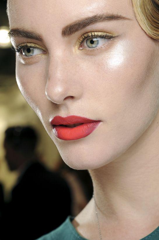 le meilleur des tendances beaut de la fashion week gold eyes matte red lips and ombre lips. Black Bedroom Furniture Sets. Home Design Ideas