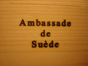 Brännstämpel till Ambassaden på franska.