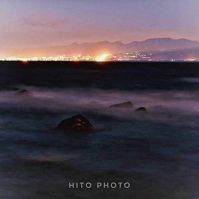 Instagram【hitomi_bluewoman】さんの写真をピンしています。 《夜の海  遠くに見える街の灯りが温かい  富士山を撮っていたけれど 帰り際に海も撮ってみた  もっと波が荒かったけど・・・ 富士山裾だけ写ってます  静岡県  #波 #海 #Instagramjapan  #東京カメラ部 #japan_night_view #tokyocameraclub  #IGersJP #夜景》