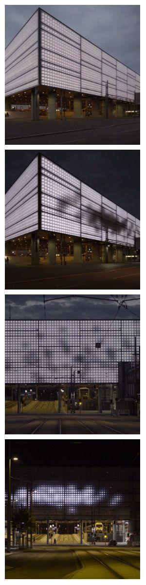 Светодиодный фасад здания вокзала в Хемнице был назван «Swarm Study», что в переводе дословно означает «Рой исследования». Откуда появилось такое название становится понятно с первого взгляда на стены. Движущийся рой пчел или стая птиц, перемещается светлыми или темными пятнами по поверхности, словно изучая ее. #светодиодныйфасад #подсветкафасада #фасадноеосвещение #светодиоднаяподсветка #светодиоднаяподсветкафасада #светодиоды #подсветказданий #архитектурноеосвещение #ledлампа #свет