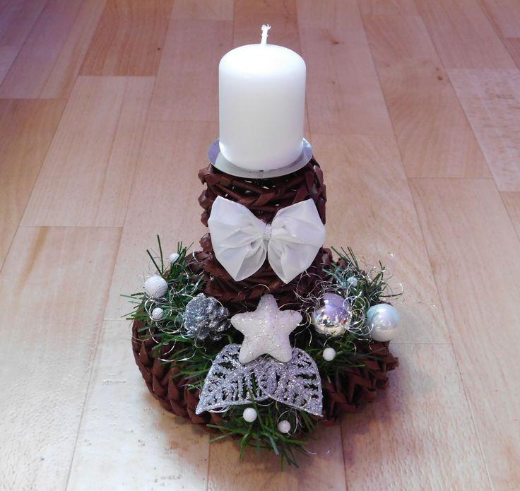 Svícen+bílo+stříbrný+Vánoční+svícen,+vyrobený+z+papírového+pedigu.+Základ+tmavě+hnědá.+Výška+ca+15+cm+++svíčka.+Svícen+podtrhně+kouzlo+vánoc.