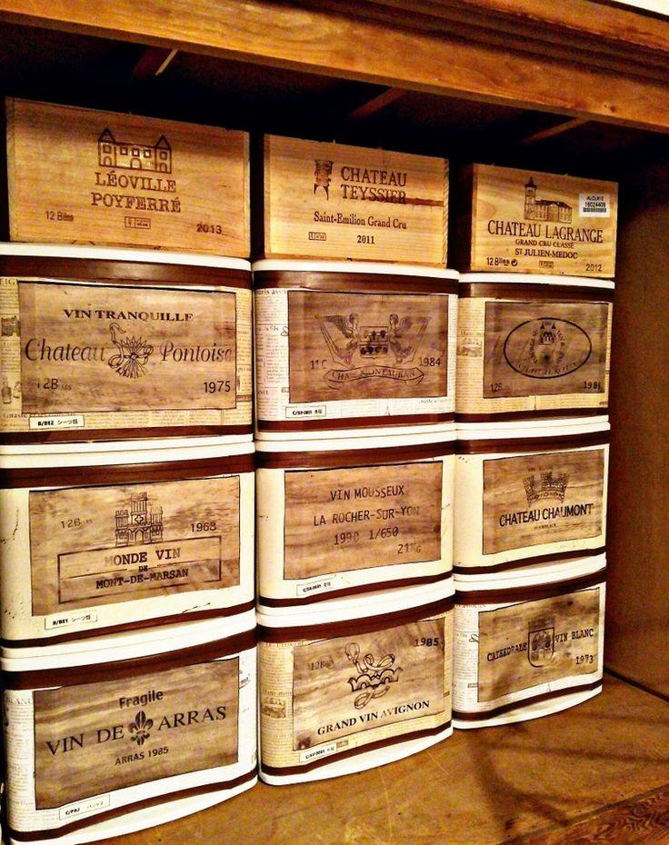 押し入れの収納の見た目を良くしようと、100均のリメイクシートを貼った衣装ケースにワイン木箱柄の壁紙を貼りました。 一番上は本物のワイン木箱ですが壁紙がリアルなので良い仕上がりになりました。