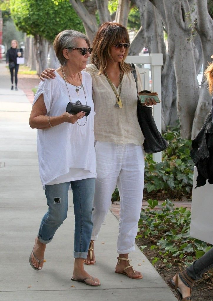 Halle Berry Photos Photos - Halle Berry steps out with her mom in Melrose on October 12, 2015. - Halle Berry Steps Out With Her Mom on Melrose
