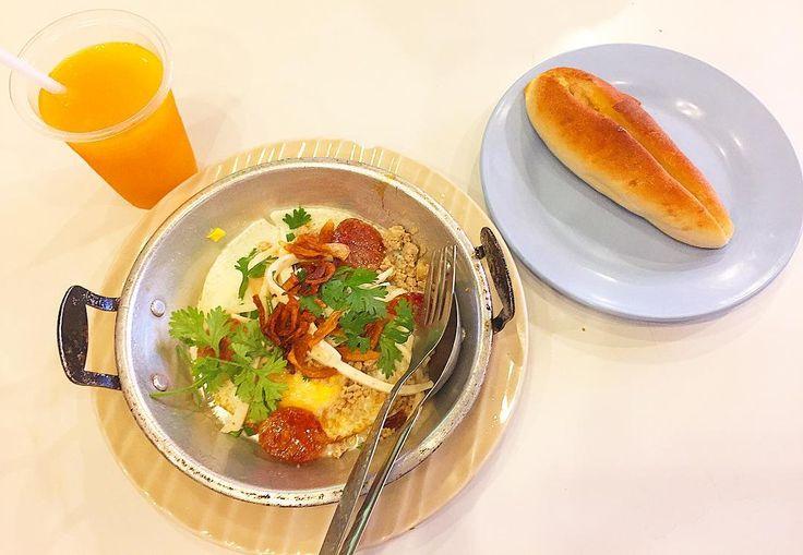お腹が空いて目が覚める 日頃は正直惰性になり気味な食事も 興味のアンテナがビンビンになる 今日はなにを食べようか もっぱらeat local . . #thailand #chiangmai #thaifood #food #foodie #breakfast #sweet #scenery #life #eatlocal #trip #タイ #チェンマイ #暮らし #チェンマイ暮らし #風景 #旅 #タイ料理 #朝ごはん #世界の朝ごはん