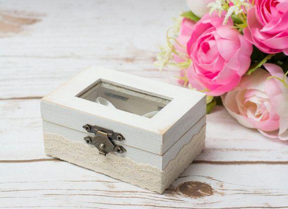 Caja de madera de portador de almohada de anillo de cristal con una caja de anillo de cristal personalizado  Este es un pequeño lindo shabby chic cojín con tapa de vidrio!  Medidas: aprox. 3,5 x 2,5 x 1,5 pulgadas (9 x 6 x 4 cm)  ******************************* La caja del anillo está decorada con encaje y arpillera.  El cojín es de arpillera.  Nuestros portadores de caja anillo anillo de bodas son pintados y decorados a mano. Puede utilizar como caja de propuesta, compromiso caja o un…