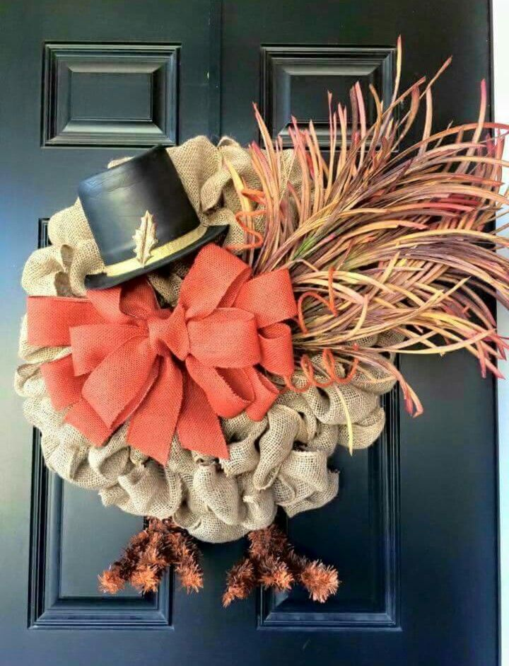 I want to make this Thanksgiving turkey burlap wreath! Love the feathers and the lil' hat!