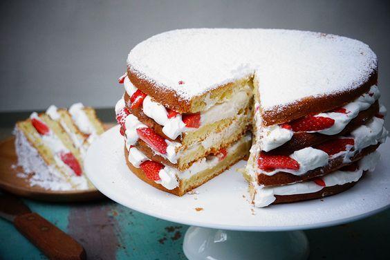Niveau de difficulté Très facile Temps de preparation 1 heure Portion 8 personnes Imprimer la fiche recette Recette du gâteau au yaourt facile et version à étage (Layer Cake) Idéal pourune fête ou un anniversaire,essayez ce gâteau au yaourt tout simple, légèrement citronné, en version layer cake à étages, avec de la crème fouettée vanillée …