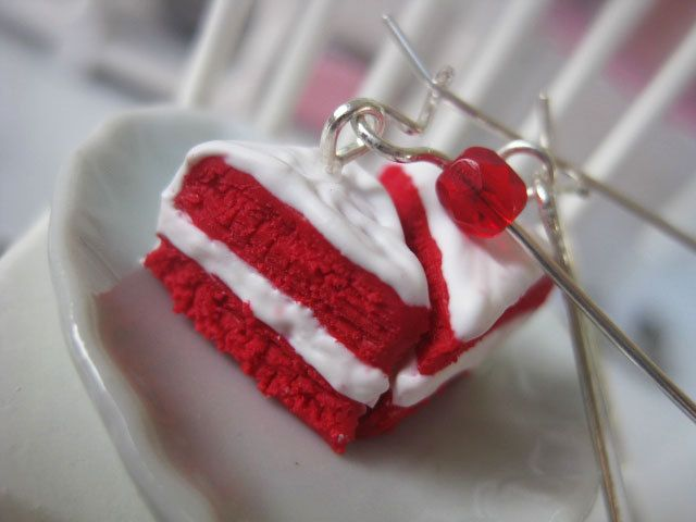 ★Red Velvet Cake! Dare to be romantic!★  ● Handmade red velvet cake earrings, made of polymer clay.  ● Sterling Silver Wire Hooks - dimensions: 3,5cm  ● Red plastic beads.  Dimensions of cakes aprox: 1cm x 1,2cm