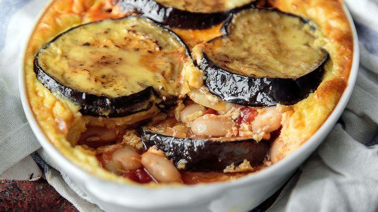 Denne moussaka med ostesau og aubergine er en sjarmør som alle kan elske! Om du ønsker å lage den med kjøtt, bruk gjerne kjøttdeig av kalv.    Opsskriften er laget av Maj-Britt Aagaard Spiselandslaget.com
