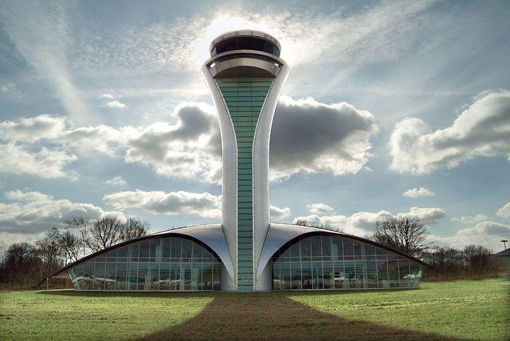 Parece até uma nave extraterrestre, mas a incrível construção da foto é a Torre de Controle de Tráfego Aéreo do Farnborough Airport, que fica em Hampshire, na Inglaterra. O design foi criado pelo escritório de arquitetura 3DReid.