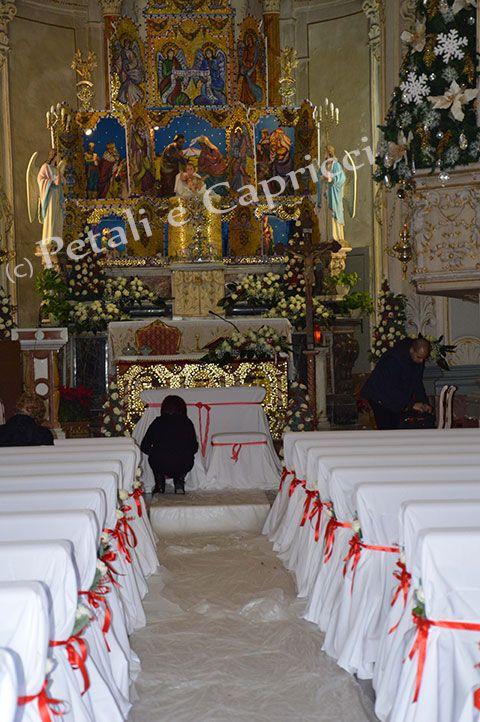 Chiesa di San Giuseppe a Taormina, con presepe Bizantino e copertura panche in bianco e nastro rosso.