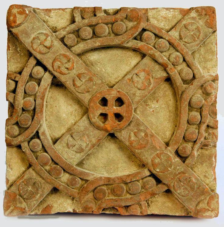 Miłośników przeszłości potrafi wzruszyć nawet fragment kamienia sprzed stuleci. A co dopiero tak pięknie zdobiony detal architektoniczny – okaz, który przetrwał mimo wielowiekowych przemian samej budowli, z której pochodzi – romańskiego kościoła Dominikanów pw. św. Jakuba w Sandomierzu.Ta płytka ceramiczna z gliny wypalanej, z głównym motywem krzyża, była w XIII w. częścią dekoracyjnego fryzu ściennego.
