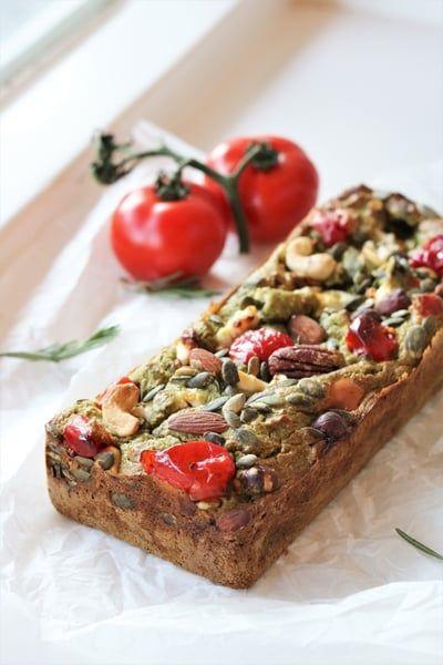 Een hartig brood van courgette gevuld met noten, geitenkaas, tomaatjes en pesto. Oh yes, ik weet het zeker, dit heerlijke brood is een blijvertje! Smeuïg, smaakvol en ook nog eens ontzettend voedzaam. Ik kan bijna niet geloven dat het glutenvrij is.