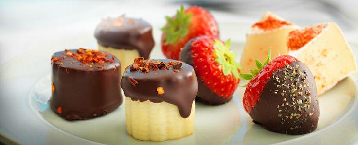 """In chocolade gedoopte aardbeien passen goed bij een glas mousserende wijn. Combineer dit eens met """"In chocolade gedoopte bananen"""" en """"Zoethete brie""""voor een fraaie dessertschotel."""