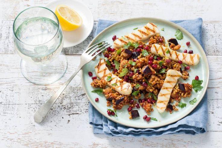 Oosterse salade met gegrilde halloumi en koriander. Perfect voor een dagje zonder vlees - Recept - Freekehsalade met granaatappel en za'atar - Allerhande