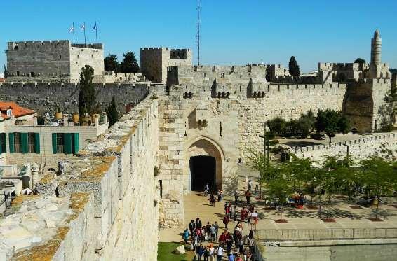 Muralhas quilométricas, torres, castelo, igrejas antigas, praças floridas…