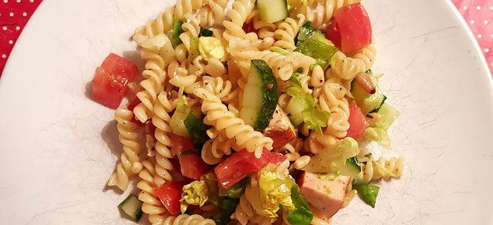Een makkelijke pastasalade met kip en pesto, klaar in 15 minuten en lekker als avondeten én lunch!
