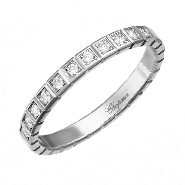Chopard(ショパール)の結婚指輪、アイスキューブ プラチナ ハーフエタニティのご紹介です。コレクションのベーステーマである幾何学的なコンセプトに基づいて一列に配されたキューブの連なりが、ひと際モダンでスタイリッシュな指元を演出する「アイスキューブ」より新作のプラチナマリッジリング。【ゼクシィ】なら、Chopard(ショパール)のマリッジリングも多数掲載中。