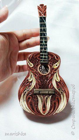 Поделка изделие День рождения Квиллинг Гитара объёмный квиллинг Бумажные полосы фото 1