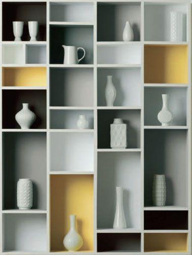 Donner du caractère à des étagères en bois en mixant les teintes de peinture