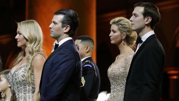 Vanessa Trump et son mari Donald Trump Jr (au premier rang), ainsi qu'Ivanka Trump et son mari Jared Kushner, participent au bal d'inauguration du président Donald Trump à Washington (Etats-Unis), le 20 janvier 2017.   CHIP SOMODEVILLA / GETTY IMAGES NORTH AMERICA / AFP
