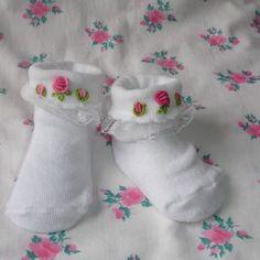 Chaussettes blanches avec petites broderies et dentelles