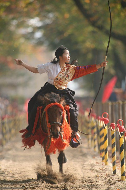 """""""Yabusame""""  (流鏑馬) tir à l'arc long à cheval"""