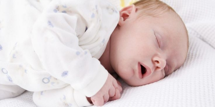 Das Baby muss in den ersten 4 Wochen erst einmal in der neuen Welt ankommen. Dennoch lernt es im 1. Monat schon viel