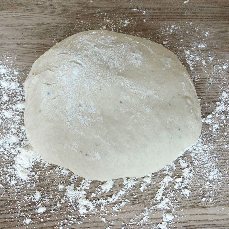 1. Smula ner jästen i en bunke. Tillsätt mjölken och blanda tills jästen lösts upp. Tillsätt strösocker, salt, kardemumma, ägg, smör och vetemjöl, lite i taget. Blanda ihop allt till en smidig deg och knåda den i några minuter. Låt den jäsa under bakduk i ca 45 min.