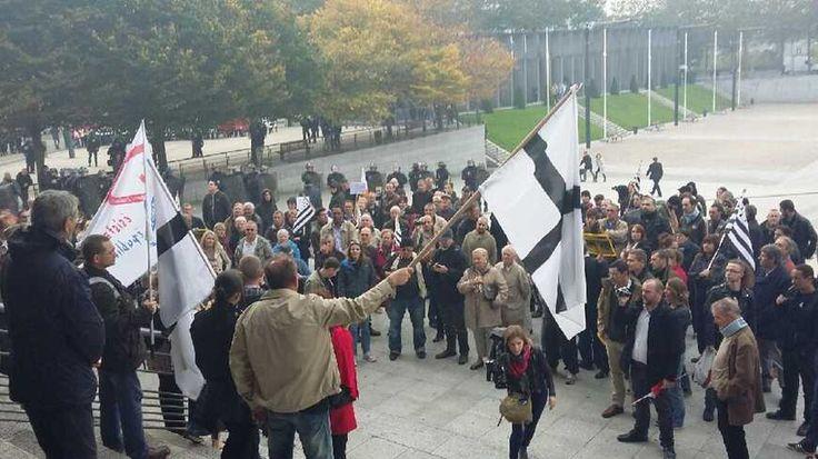 Manifestants anti-mosquée Sunna devant la mairie de Brest