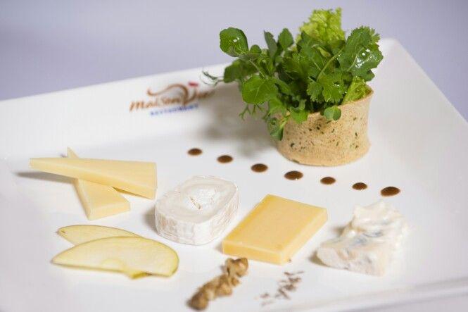 Assiette de fromages pain aux noix - Cheese platter with walnut bread by #MaisonViehanoi Restaurant ☆★☆★