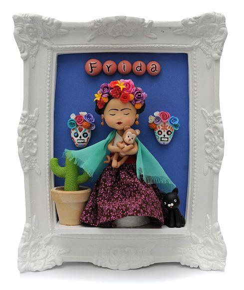 Este é um quadrinho que você poderá presentear que adora a pintora Frida Kalho    Ele mede 24 cm X 29 cm    A moldura é em resina    O bonequinho é feito em biscuit e as roupinhas em tecido