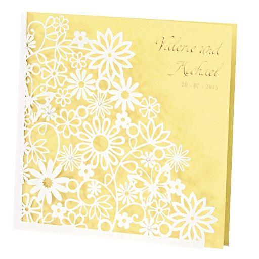 Einladungskarte zur Hochzeit in Gelb mit ausgestanzten Blumen und gelber Einlegekarte