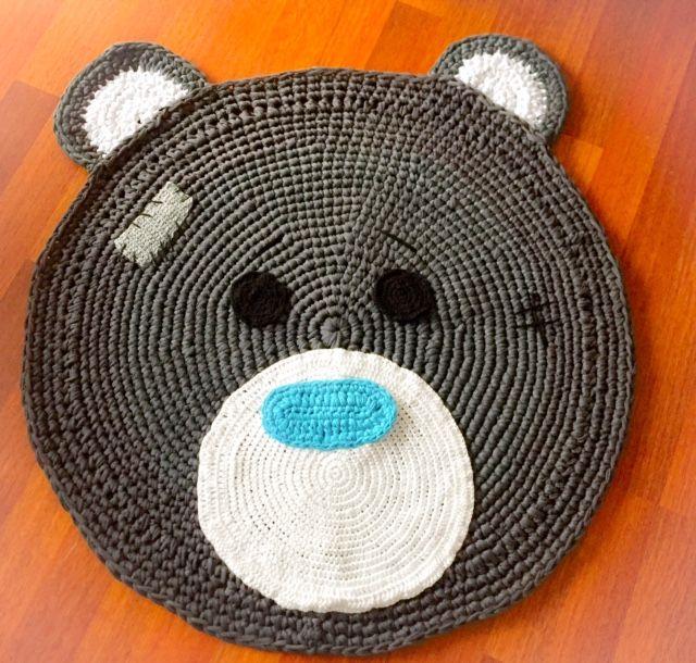 Hermosa alfombra de oso alborada en trapillo, ideal para decorar el cuarto de nuestro niño o niña, se puede hacer bajo pedido y elegir el animalito que más te guste oso, gato, conejo, escríbenos a hola@bemonster.co.