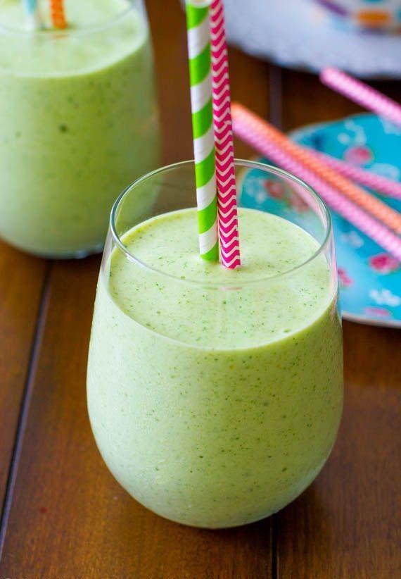 Sólo hay que batir un plátano congelado, el zumo de una lima, un melocotón, 1 taza y 1/4 de piña, 1 taza de espinacas, 1/4 taza de leche de almendras y medio yogur griego. Para las que no os gustan las verduras, la autora asegura que no sabe nada a espinacas, sólo a fruta.  Es un batido muy nutritivo, detoxificante y antioxidante, bien cargado de flavonoides, vitamina A, K, magnesio, folatos, hierro, bueno para el corazón y anti inflamatorio. Via Sally's Baking Addiction