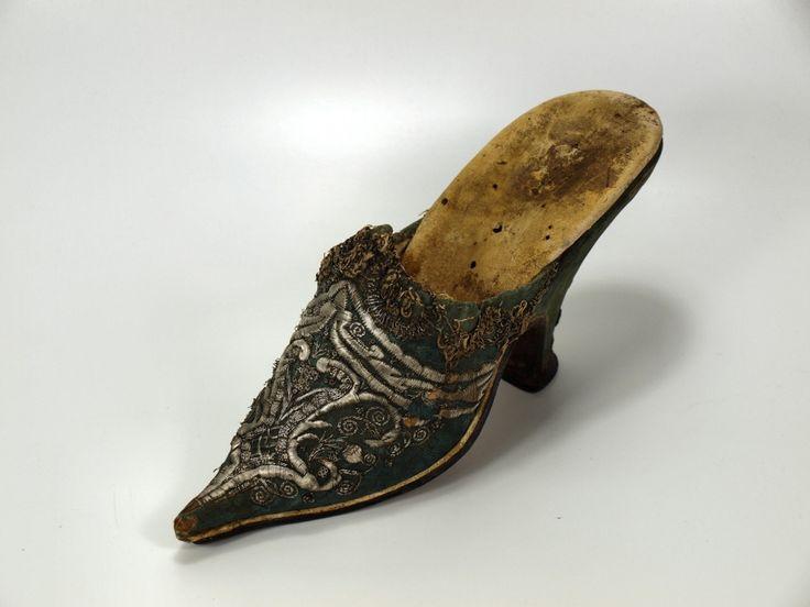 Pair of shoes, Ein Damenschuh, 1720/1730 Gesamtansicht  Museum Weißenfels - Schloss Neu-Augustusburg silver thread embroidery