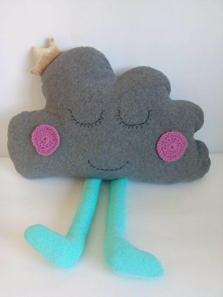 Poduszka chmurka z nóżkami – Pola. Wymiary: ok 33x50cm. Ręcznie wykonane. Materiał: 100% bawełna.
