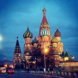 La basilica di San Basilio è, forse, la cosa più bella di Mosca, con colori che ti entrano negli occhi. E' tonda, di colori caldi che vanno in contrasto col freddo che c'è attorno. Forse è stata fatta così colorata proprio per scaldare, quantomeno, la vista di chi la osserva. Il rosso di San Basilio si intona con le mura del Cremlino e le cupole a cipolla s'intonano al colore delle foglie in inverno...
