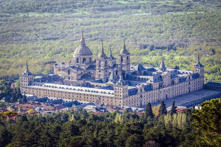 Madrid es una de las ciudades más visitadas de España, su oferta turística y cultural es muy amplia. Sin embargo, si dispones de algo de tiempo durante tu visita a Madrid, puedes aprovechar para recorrer y conocer otro tipo de lugares en sus alrededores. Algo que también sirve para los madrileños que quieran desconectar del día a día en la gran ciudad. Aquí os presentamos 10 lugares que deberías...