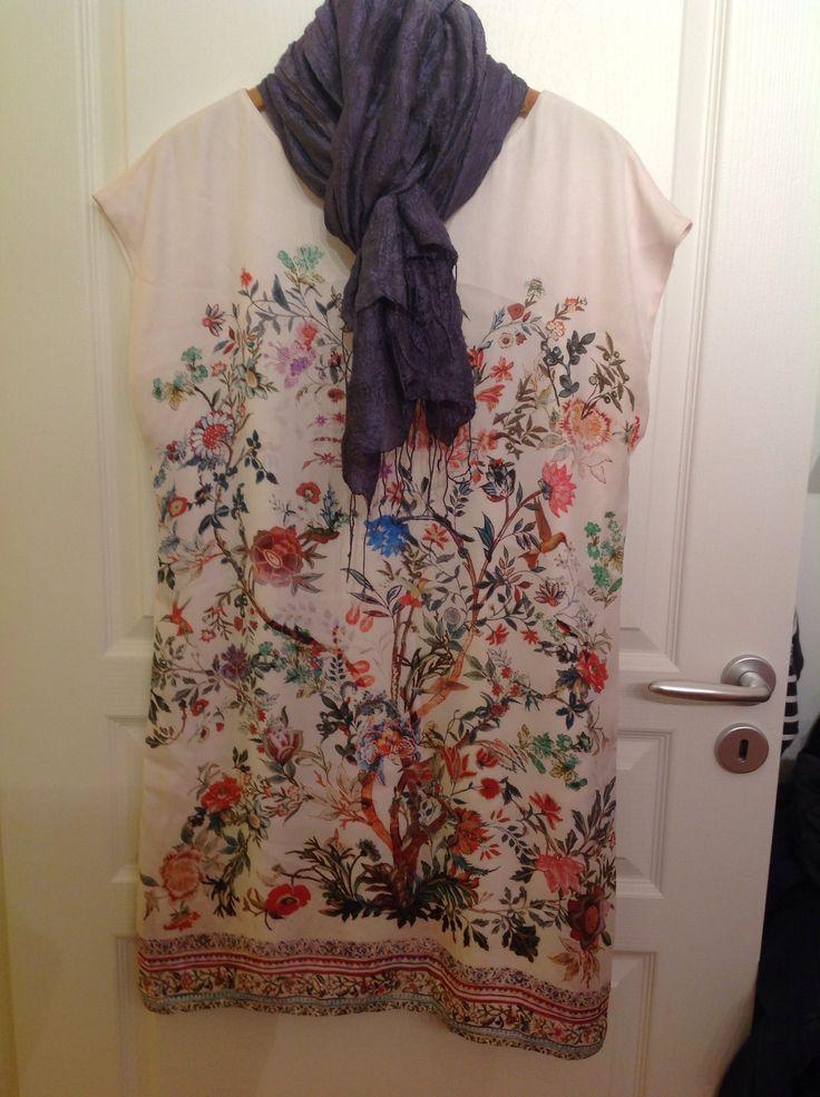 Robe à fleurs promod, achetée il y a deux ans pour un mariage champêtre. je vais la ressortir ce printemps, le motif de fleurs est très sympa. La coupe est assez droite, facile et confortable. Elle va bien avec des talons ou avec des sandales plus cool.