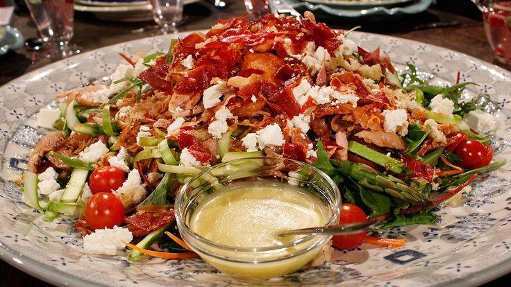 Vårig salladsdröm toppad med saftig, smakrik kyckling som lätt faller isär, och god dressing med honung och senap.