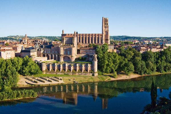 Albi s'affirme comme une ville authentique par la couleur de la brique omniprésente, par la puissance de la cité épiscopale classée au patrimoine mondial de l'Unesco, par l'accueil des Albigeois:  Cathédrale Sainte-Cécile, unique cathédrale au monde construite entièrement en briques le Palais de la Berbie, somptueux palais des Evèques, aujourd'hui siège du musée Toulouse-Lautrec  cloître et collégiale Saint-Salvi, merveilles du Vieil Alby le Pont-vieux, bâti en 1040, le plus vieux de France