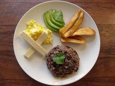 Le gallo pinto est un plat de riz traditionnel du Costa Rica et du Nicaragua préparé avec la sauce typique Lizano.